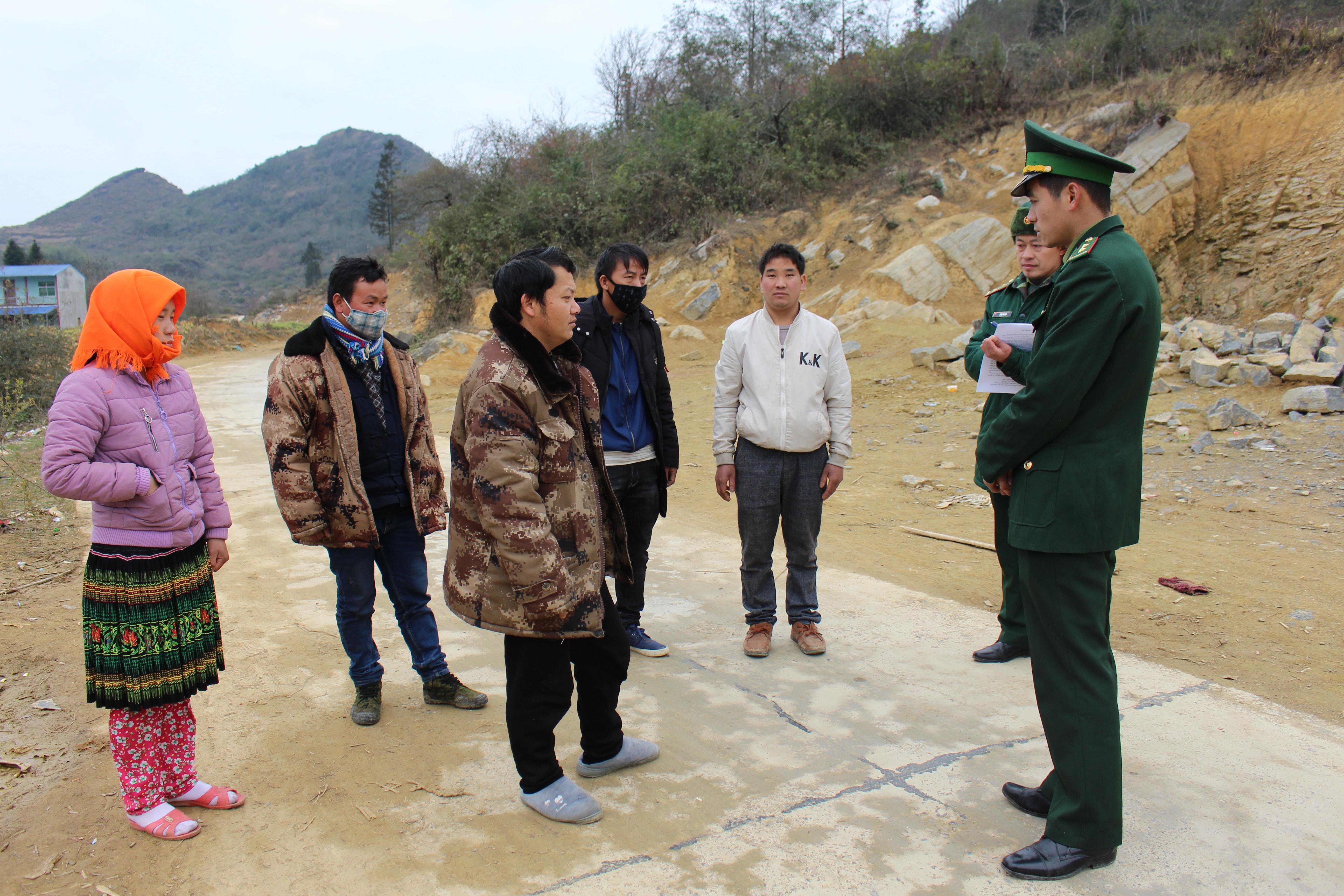 Chiến sỹ Đồn biên phòng Xín Cái (Mèo Vạc) tuyên truyền phòng ngừa dịch bệnh viêm đường hô hấp cấp cho người dân thôn Mỏ Phàng, xã Thượng Phùng