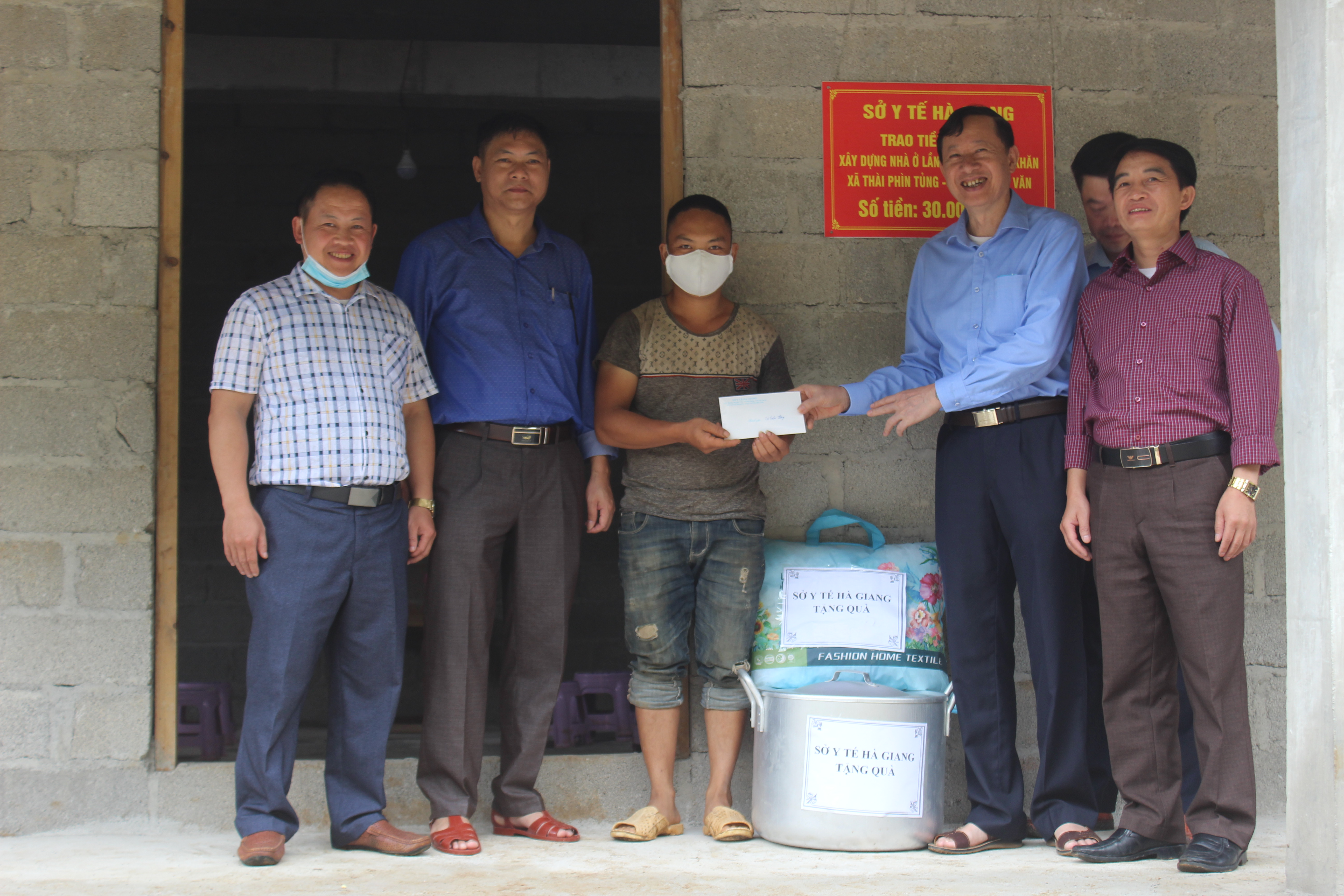 Sở Y tế trao tiền hỗ trợ xây nhà cho hộ nghèo tại xã Thài Phìn Tủng,  huyện Đồng Văn