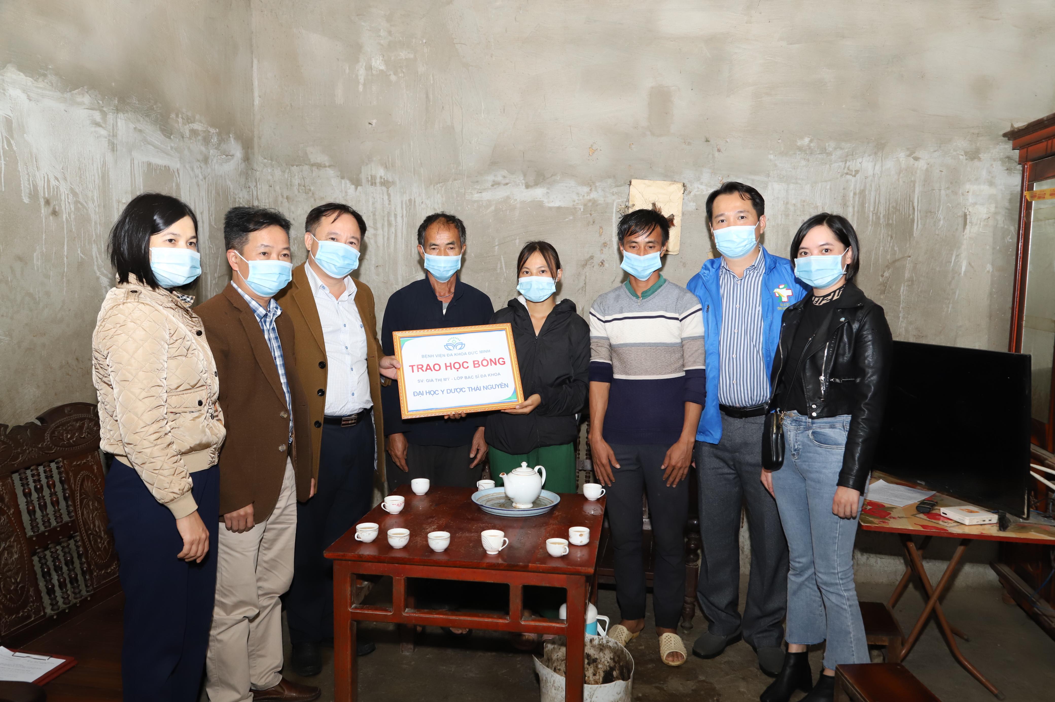 Trao học bổng cho tân sinh viên có hoàn cảnh khó khăn ở xã Xín Cái Mèo Vạc