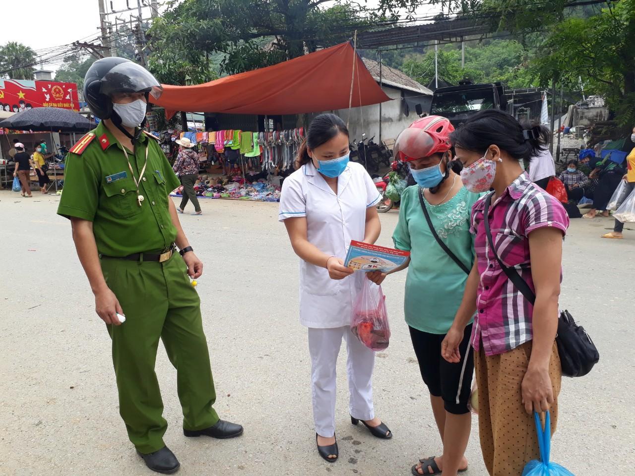 Truyền thông phòng chống dịch bệnh COVID-19 tại chợ phiên xã Kim Ngọc, Bắc Quang