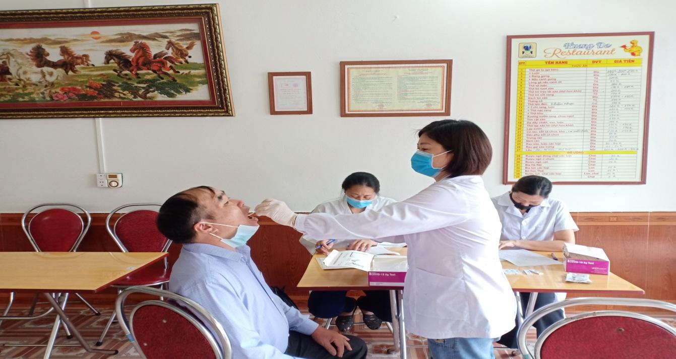 Cán bộ Trung tâm Kiểm soát bệnh tật lấy mẫu và test nhanh sàng lọc SARS-CoV-2                                   tại thị trấn Tam Sơn- Quản Bạ