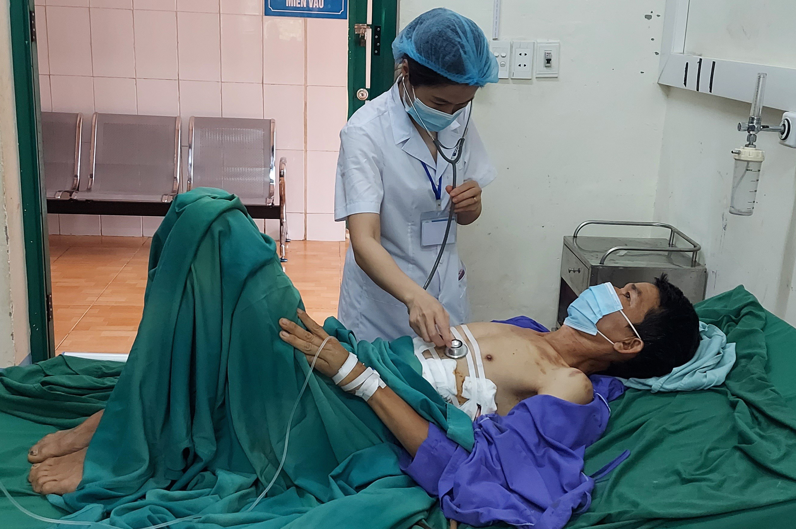 Bệnh viện ĐKKV Yên Minh cấp cứu thành công người bệnh có vết thương thấu bụng, thấu phổi