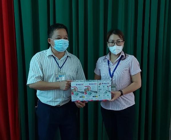 Ngân hàng Chính sách huyện Quang Bình tặng thiết bị y tế cho Trung tâm Y tế huyện
