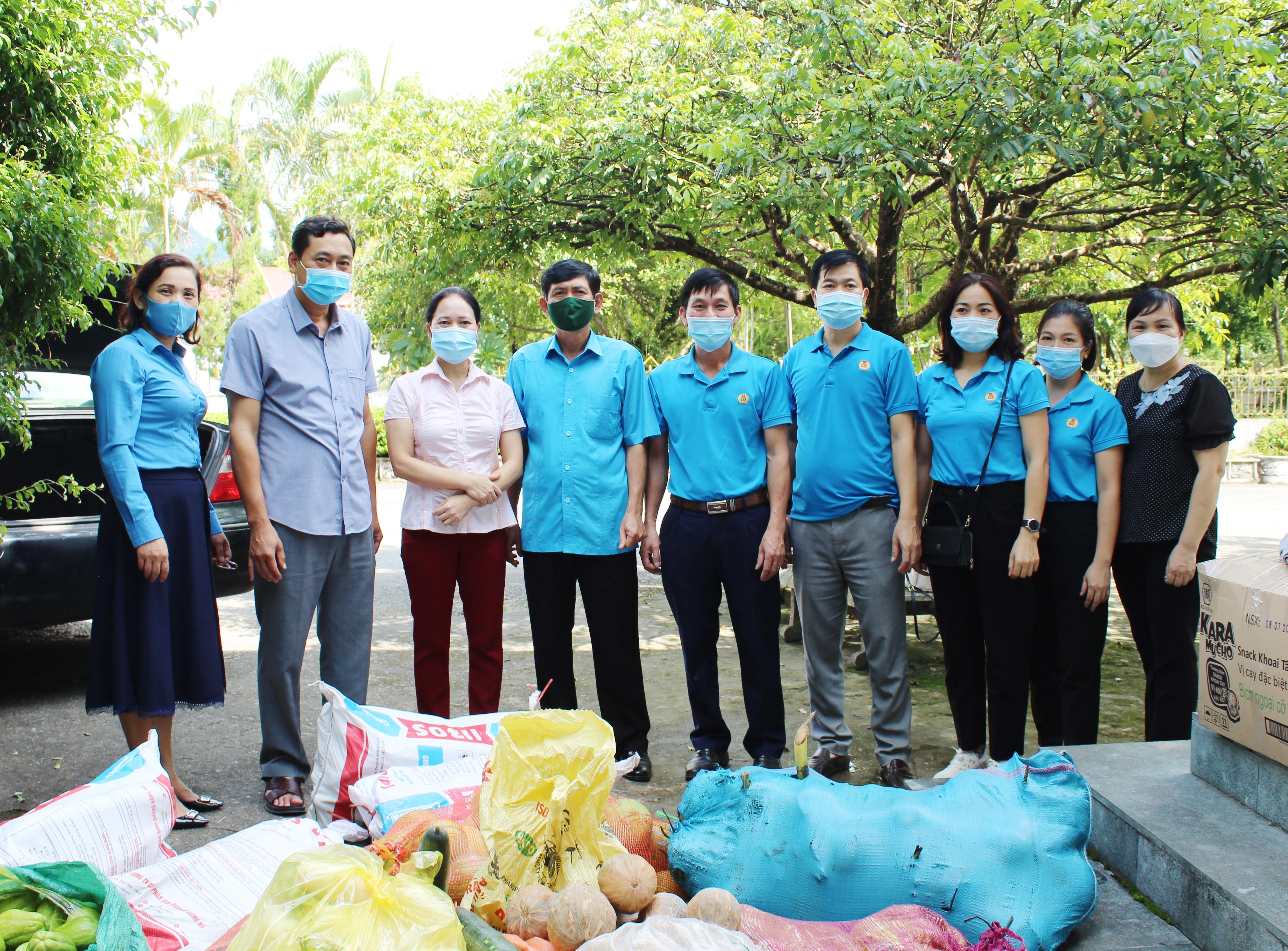 Lãnh đạo Sở Y tế, LĐLĐ tỉnh thăm hỏi động viên và tặng quà cho Đoàn tăng cường hỗ trợ chống dịch tại TP Hồ Chí Minh trở về